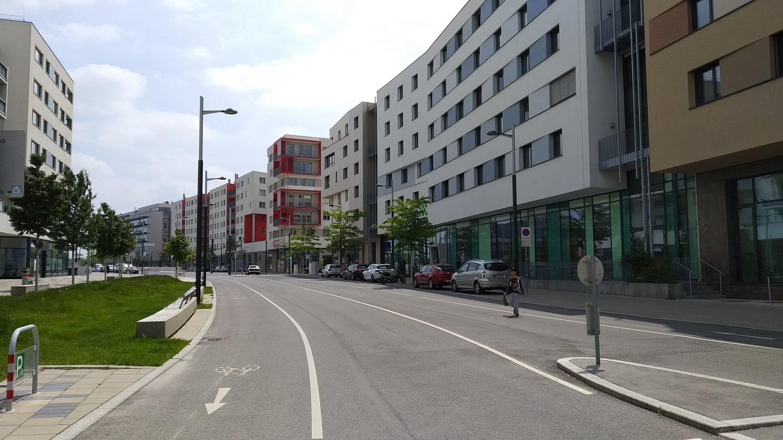 Az utcákon széles járdák és kerékpárutak találhatóak, közterületi parkolás alig van