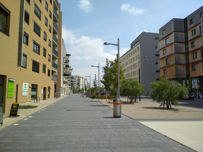 Széles sétálóutcák, fák, padok – így néz ki egy modern és élhető lakótelep