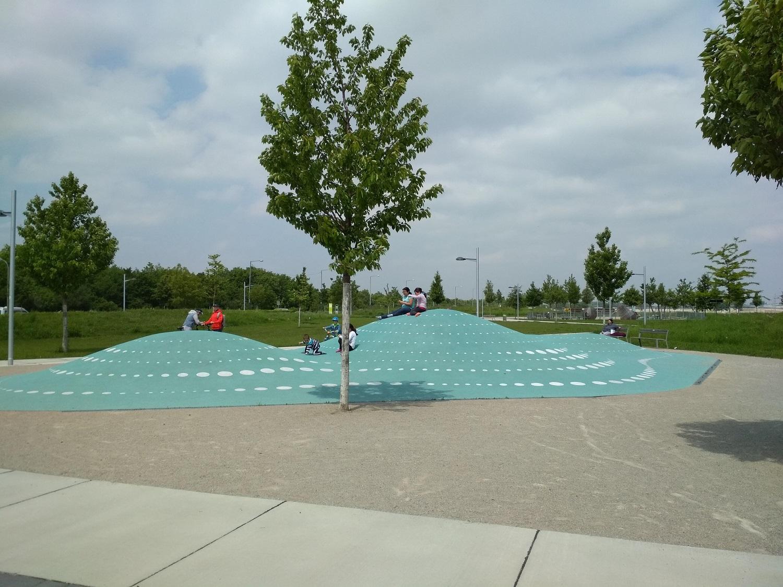 Az épületek között számos közösségi tér, játszótér található