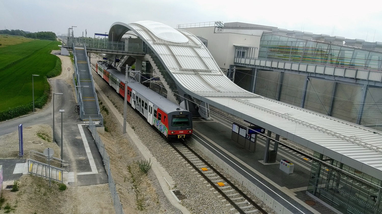 ...és a mellette elhaladó vasúrvonalon is létesült egy új állomás