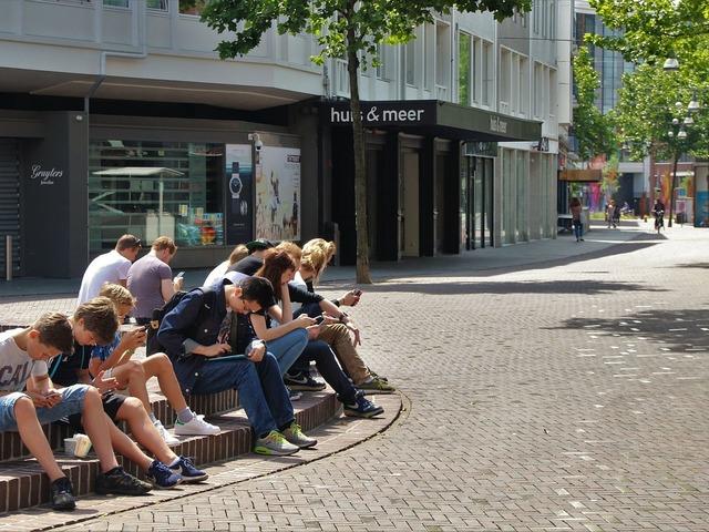 Hogyan befolyásolja a közösségi média használat a tinédzsereket?