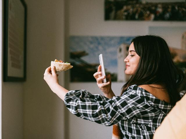 Hírességek vs. kisebb influencerek: Kit válassz?