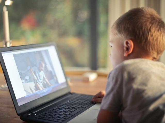 Így árthatsz szülőként gyermekednek a közösségi média használata során
