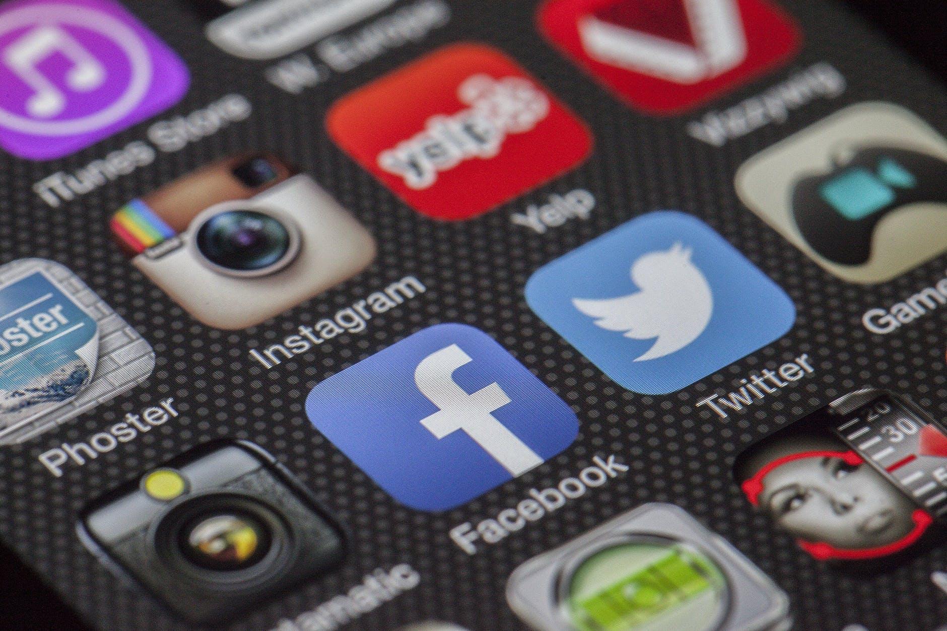 twitter-facebook-together-exchange-of-information-147413.jpeg
