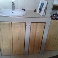 Beépített fenyő fürdőszoba szekrény