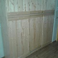 Beépített csúszótolóajtós fenyő szekrény