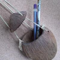 Kókuszdióból tolltartó