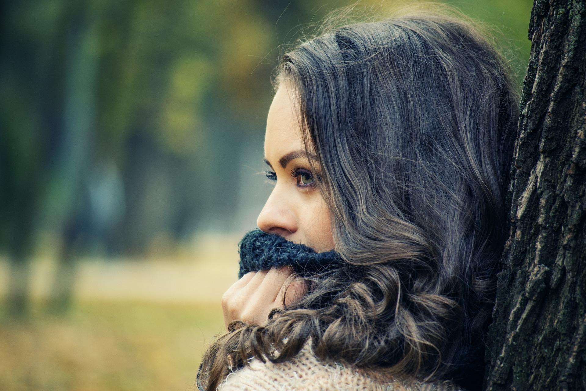 girl-looking-away-1995624_1920.jpg