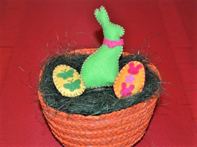 Húsvéti nyuszi tojásokkal
