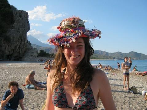 Judit furcsa kalapban