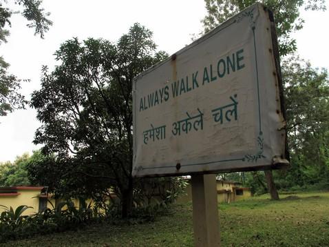 Always walk alone tábla