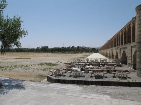 Isfahan folyója híddal