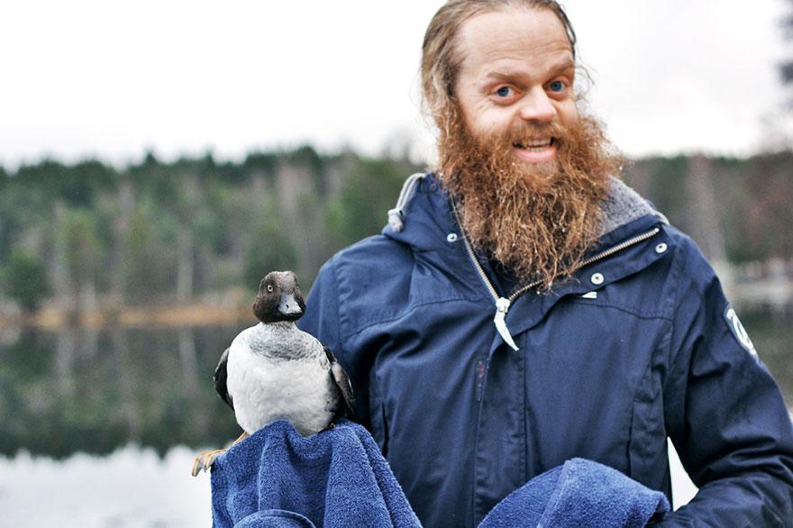 duck-rescue-frozen-lake-norway-6.jpg