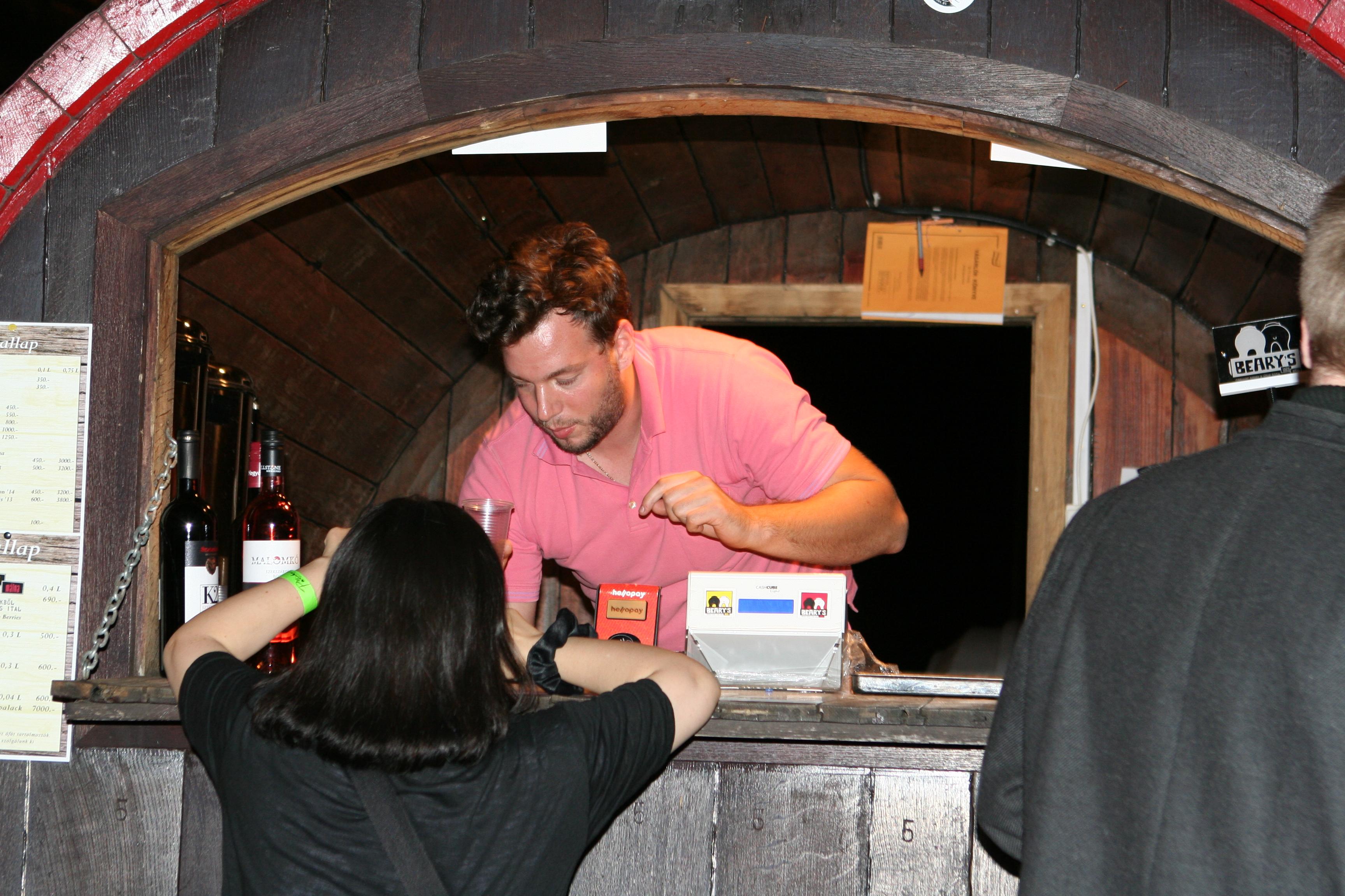 Fröccsös Hordó Beary's stílusosan érkezett. Egyébként ők egy új italt árulnak, amely a cider és a bor között mozog, és baromi jó. A nedű adalékanyagot nem tartalmaz. Számos helyen, köztük a Fröccsteraszon és a Bálna teraszon is kapható! www.facebook.com/froccsos.hu