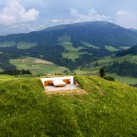 Panorámás, falak nélküli nulla csillagos hotel a svájci Alpokban
