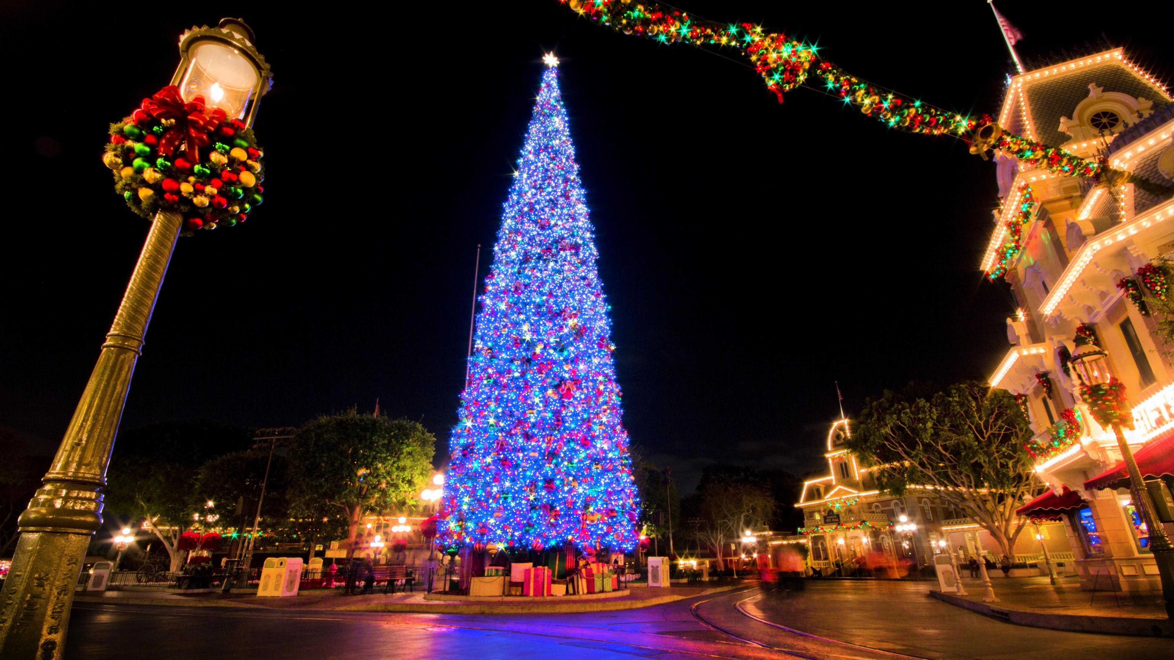 new_year_christmas_tree_city_ornaments_garlands_balloons_holiday_mood_gifts_35725_3840x2160.jpg