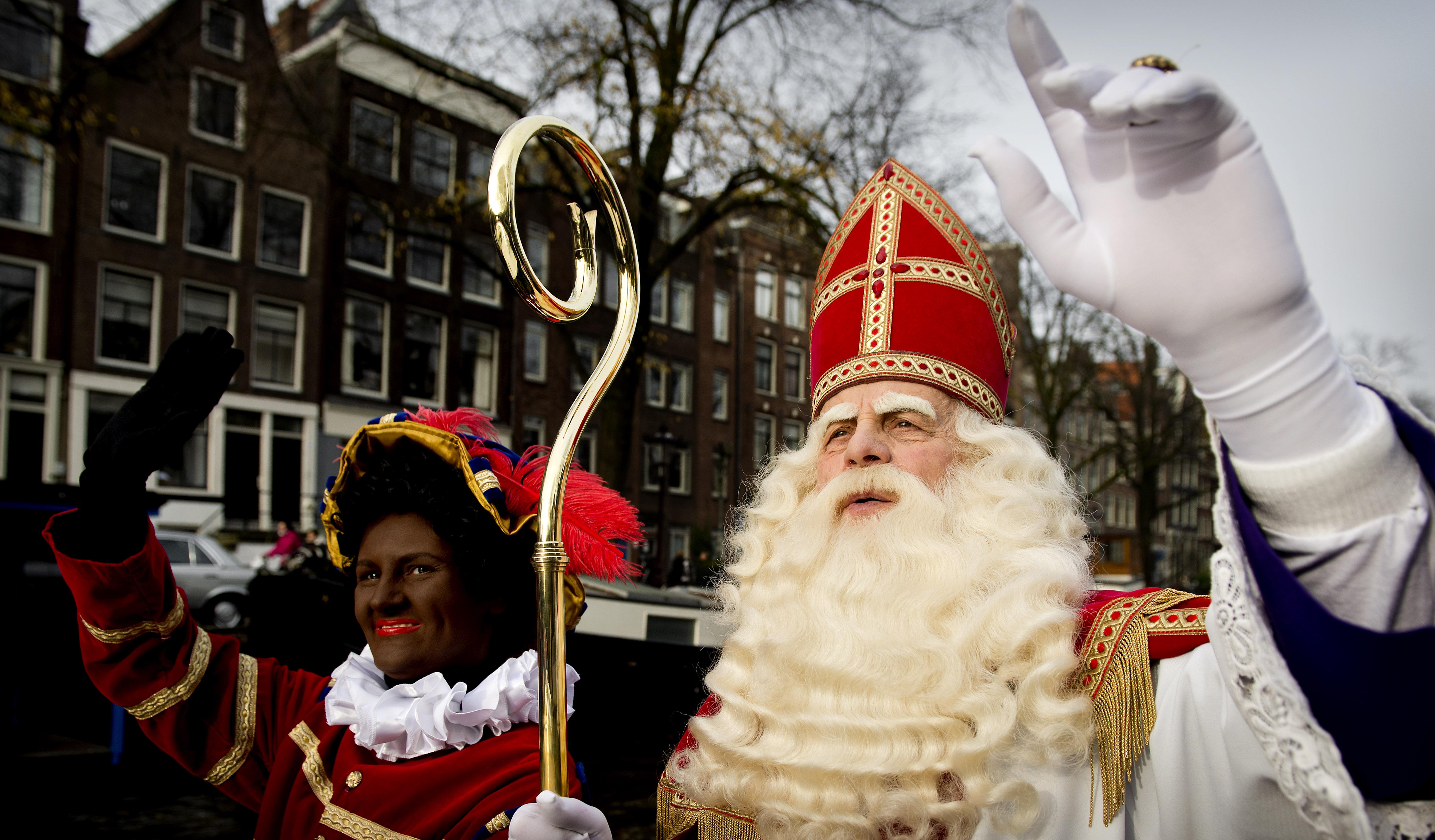 Amszterdam utcáin egy Zwarte Piet-tel, ami kb. olyan, mint nálunk a krampusz.