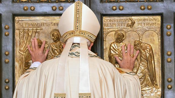 Ferenc Pápa megnyítja a Szent Péter-bazilika kapuját (Fotó: Keystone/EPA/Maurizio Brambatti)