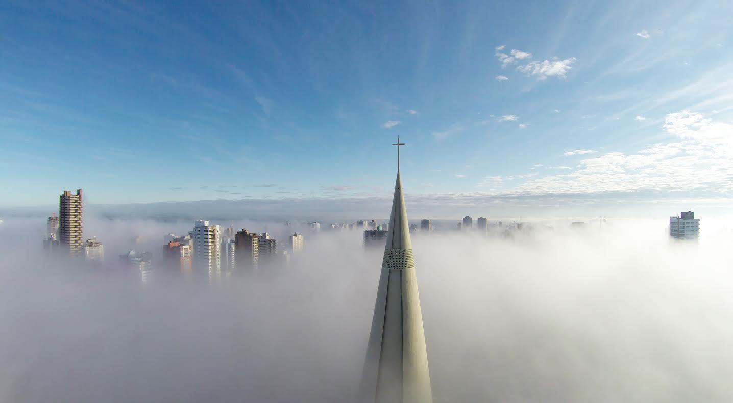 """A """"Helyek"""" kategória első helyezettje Ricardo Matiello: A köd fölött című képe. Ez a kép vitte el a """"Legnépszerűbb"""" kategória első díját is, mivel ezt lájkolták a legtöbben."""
