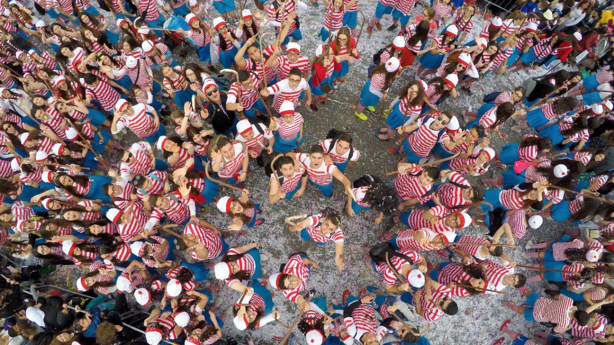 """A """"Dróni"""" (jelentése: drónnal készült szelfi) kategória első helyezett képének címe: Hol van Wally? A képet FlyovermediaCy készítette Cipruson, a limassoli karneválon."""
