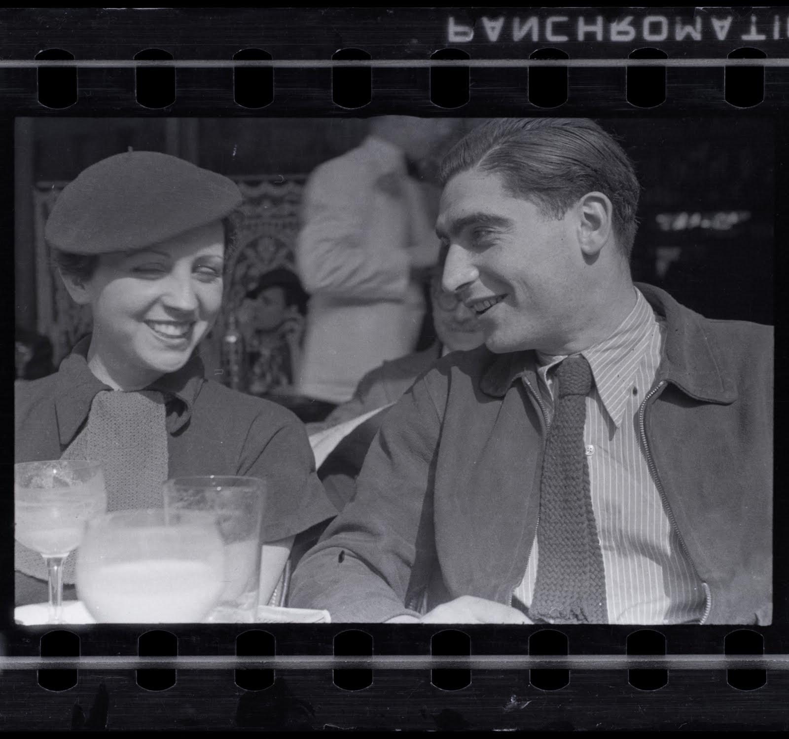 Gerda Taro és Robert Capa – fotó: Fred Stein (Forrás: Mai Manó ház)