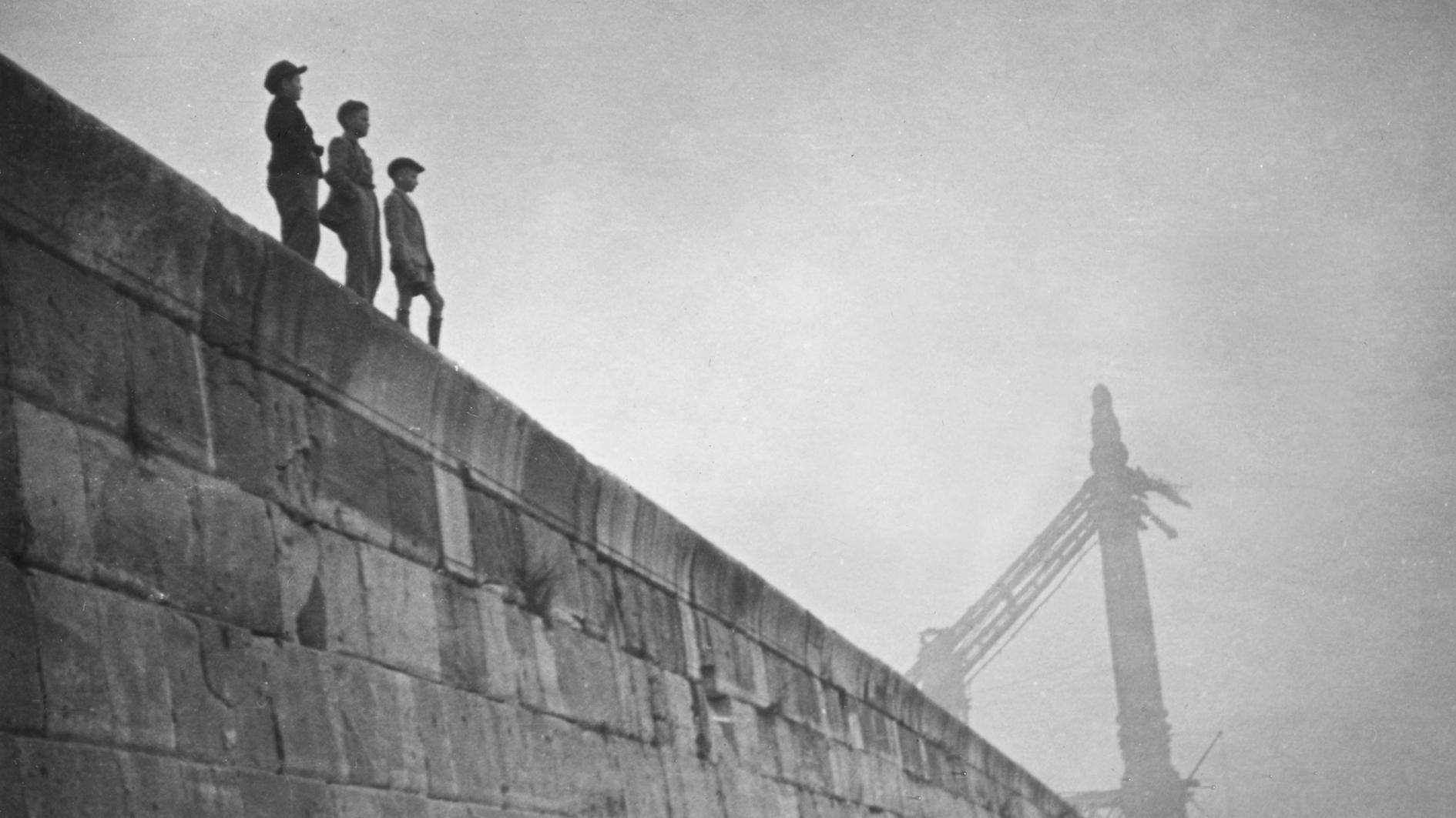 A fenti fotó Sára Sándor: Azok az 50-es évek c. sorozatból való
