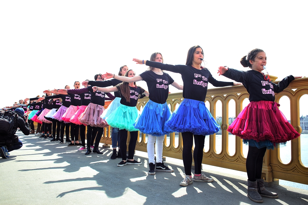A tavalyi flashmob a Margit hídon (fotó: Kaszner Nikolett)