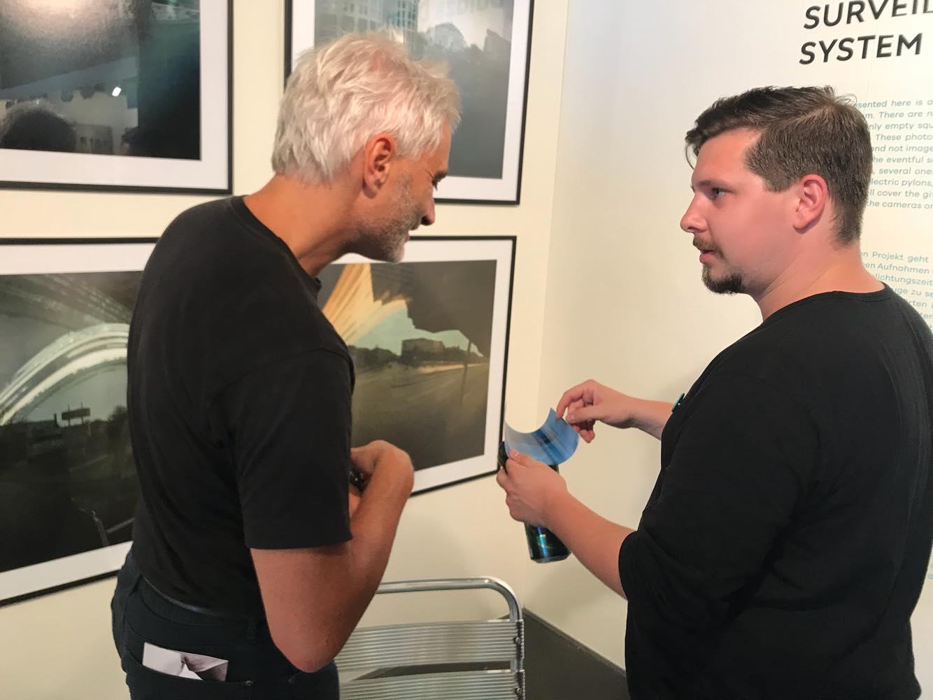 Deim Balázs magyarázza egy vendégnek, hogyan készültek a képek