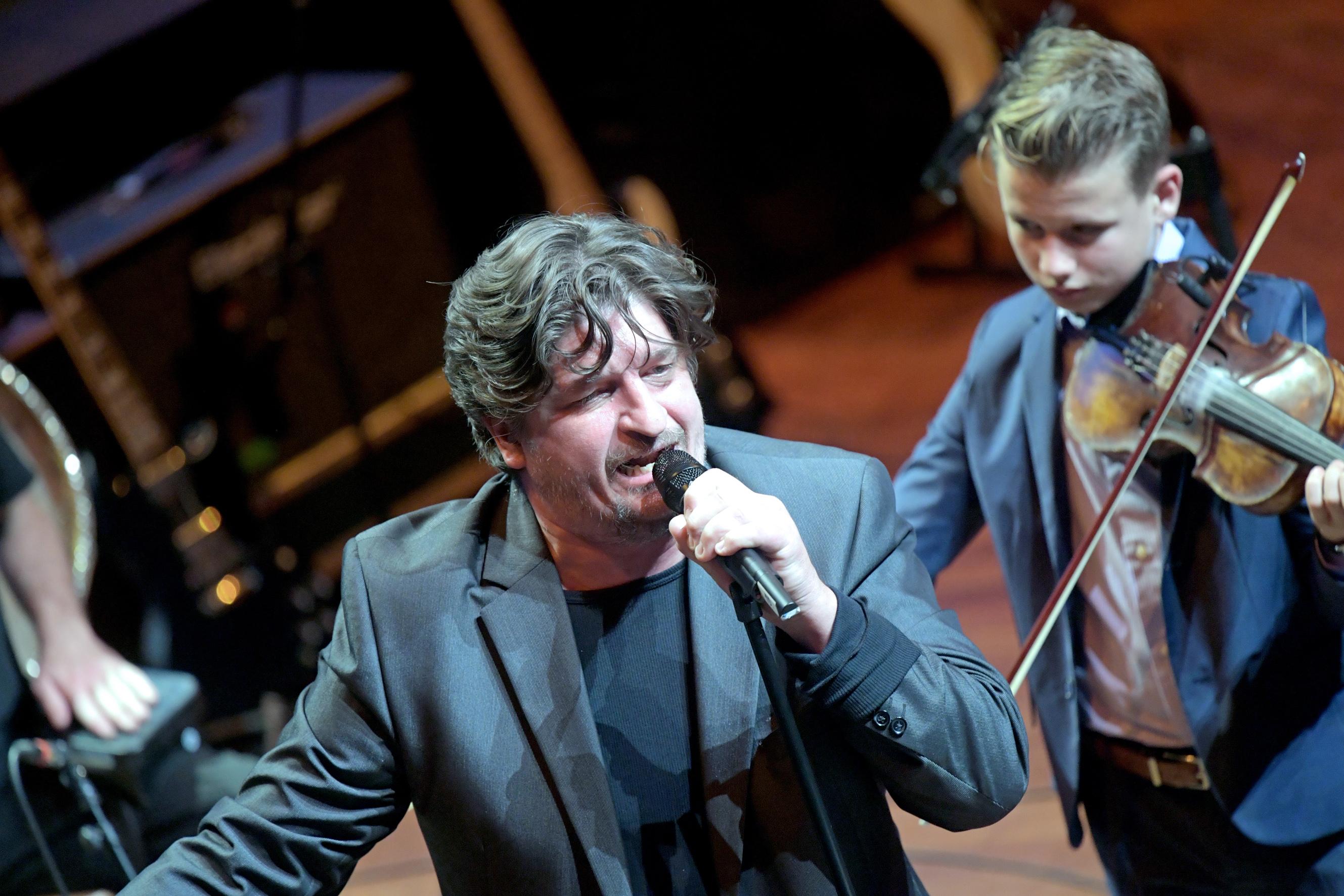 Novák Péter a Sarjú Banda és az Etnofon Zenei Társulás kíséretével énekelte Kiss feri dalait Fotó: Bartos Gyula