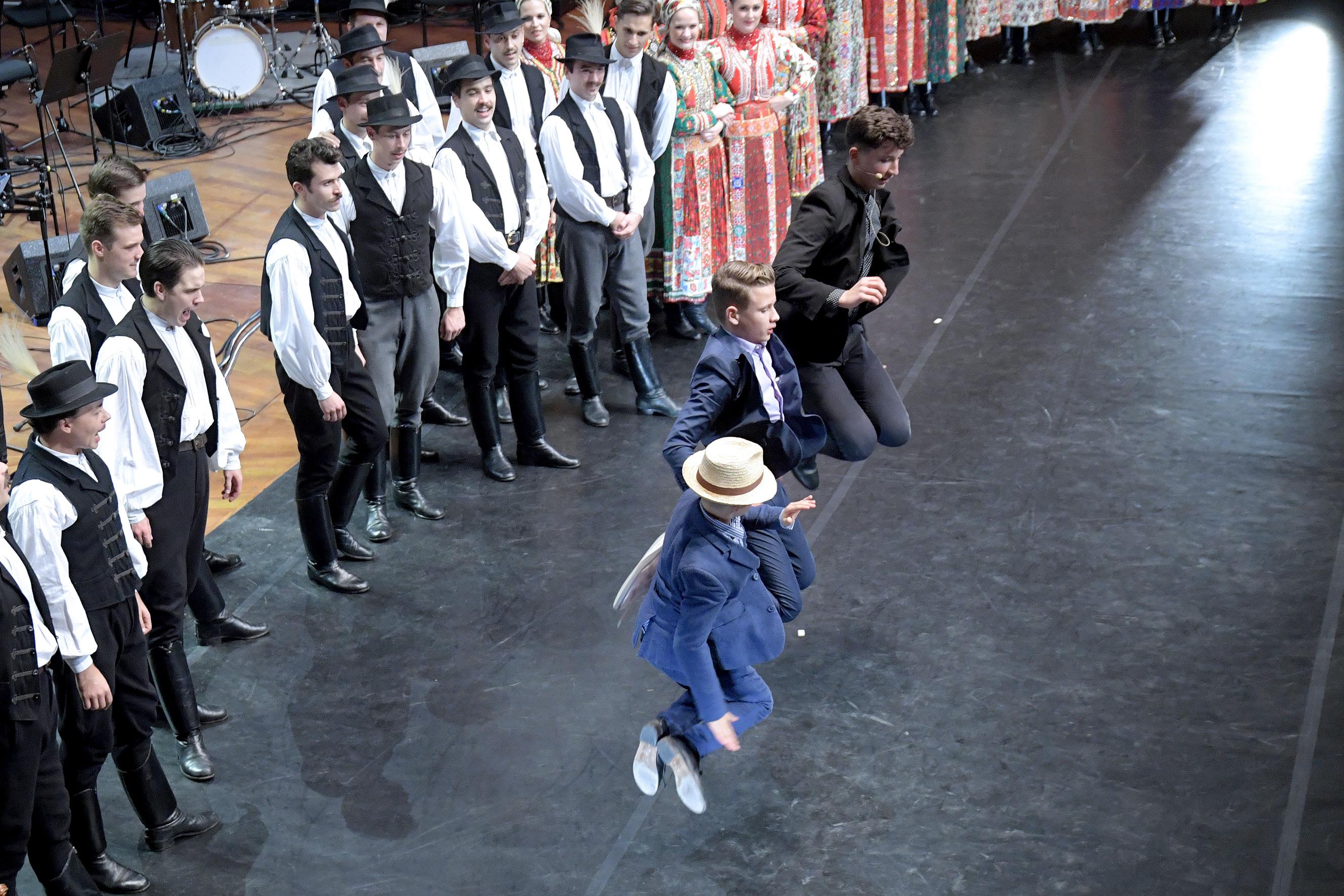 ...táncolni is tud, háttérből bíztat a Magyar Nemzeti Táncegyüttes<br />Fotó: Bartos Gyula