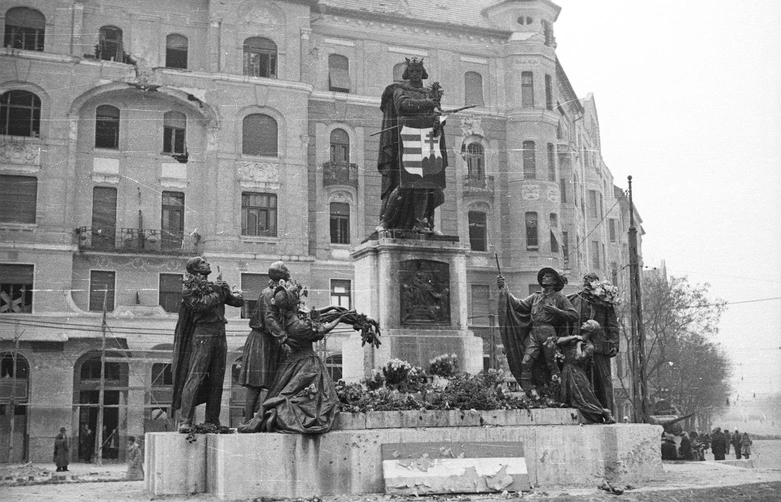 A Szent Imre szobor a Móricz Zsigmond körtéren. Mátyás itt volt nemzetőr. (Forrás: Fortepan)