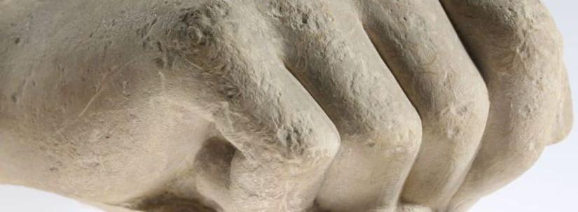 Ifjúszobor kéztöredéke Klazomenaiból, Kr. e. 6. század vége (?) (Fotó: Mátyus László – Szépművészeti Múzeum)