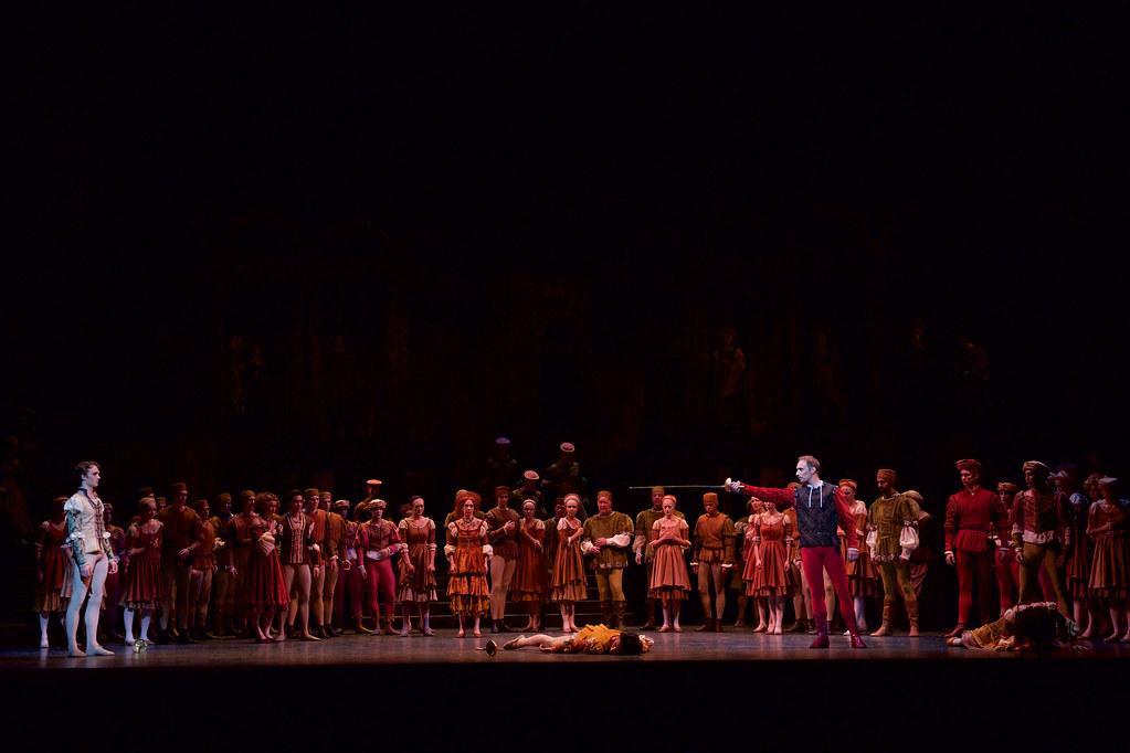 A The Royal Ballet művészei a Romeó és Jűliában, The Royal Ballet © 2015 ROH. Fotó: Alice Pennefather