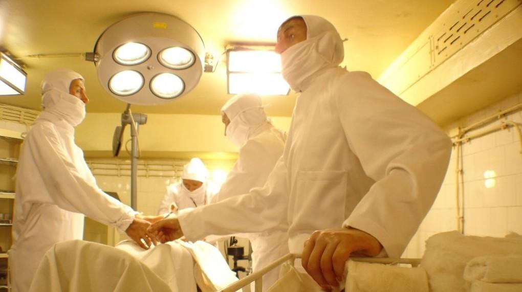 Így festhetett egy műtét a sziklakórházban