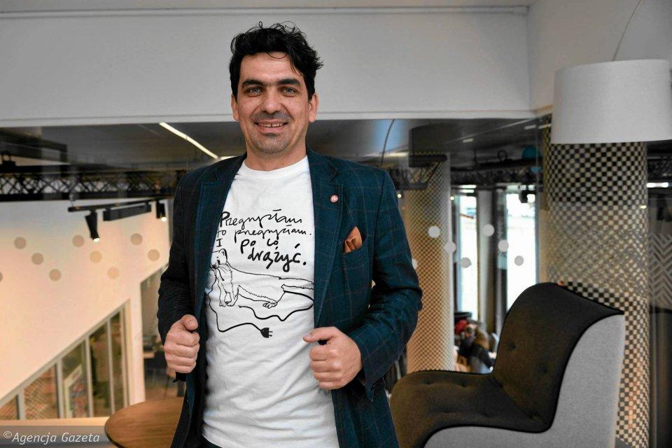 Krzysztof Maj a bűnös nyestet ábrázoló pólóban – Fotó: Agencija Gazeta