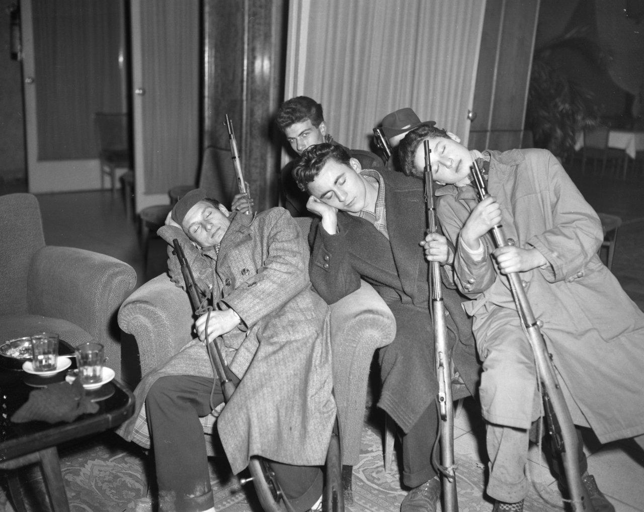 Utolsó képek Budapestről sorozat – Alvó (?) szabadságharcosok, '56 november 2. Fotó: Joop van Bilsen/ Anefo