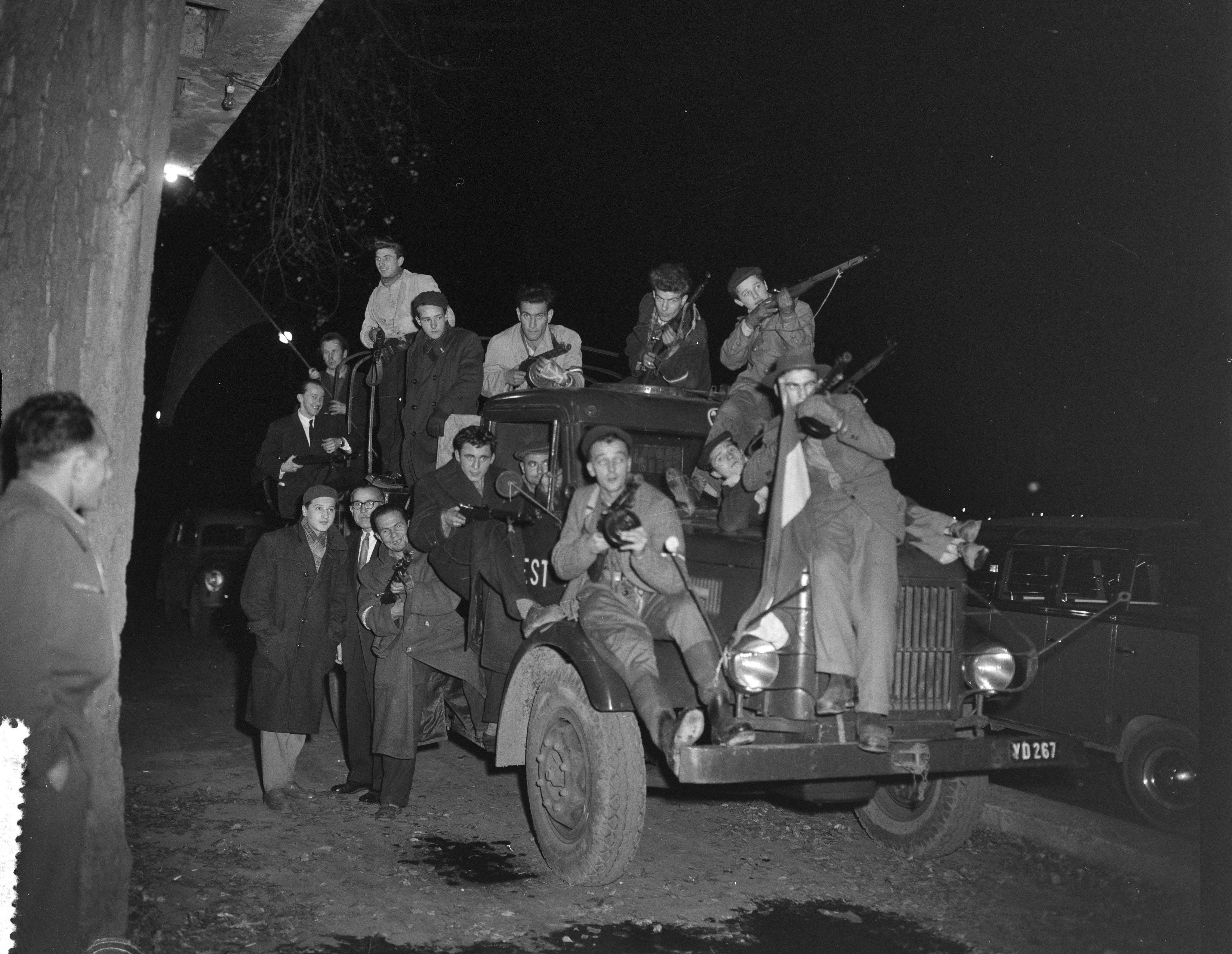 Utolsó képek Budapestről sorozat – Járőröző szabadságharcosok egy teherautó platóján,'56 november 2. Fotó: Joop van Bilsen/ Anefo