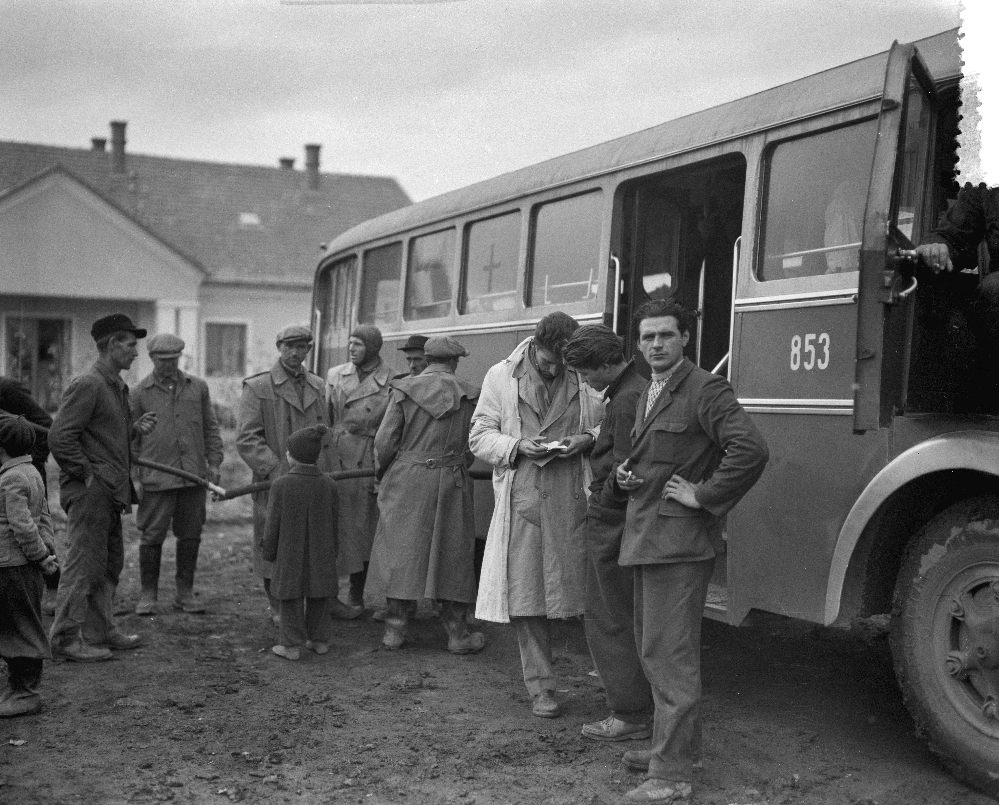 Utolsó képek Budapestről sorozat – a Vöröskereszt menekülteket szállító busza megáll tankolni, egy titkos állomáson, '56 november 2. Egy gyerek nézi, ahogy egy ismeretlen helyről egy megtört csőböl töltik az üzemenaygot. Fotó: Joop van Bilsen/ Anefo