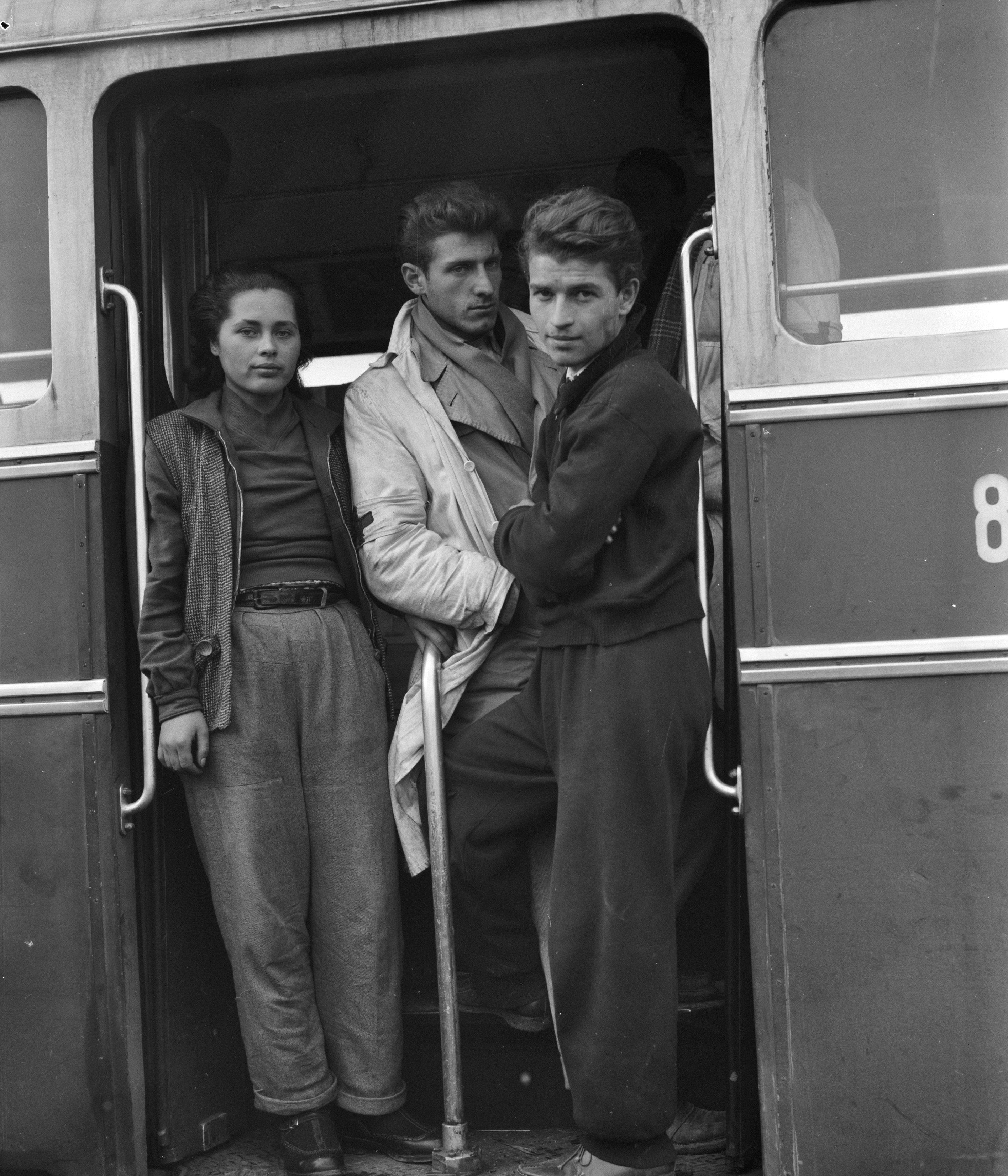 Utolsó képek Budapestről sorozat – a Vöröskereszt menekülteket szállító buszának utasai, '56 november 2. Fotó: Joop van Bilsen/ Anefo
