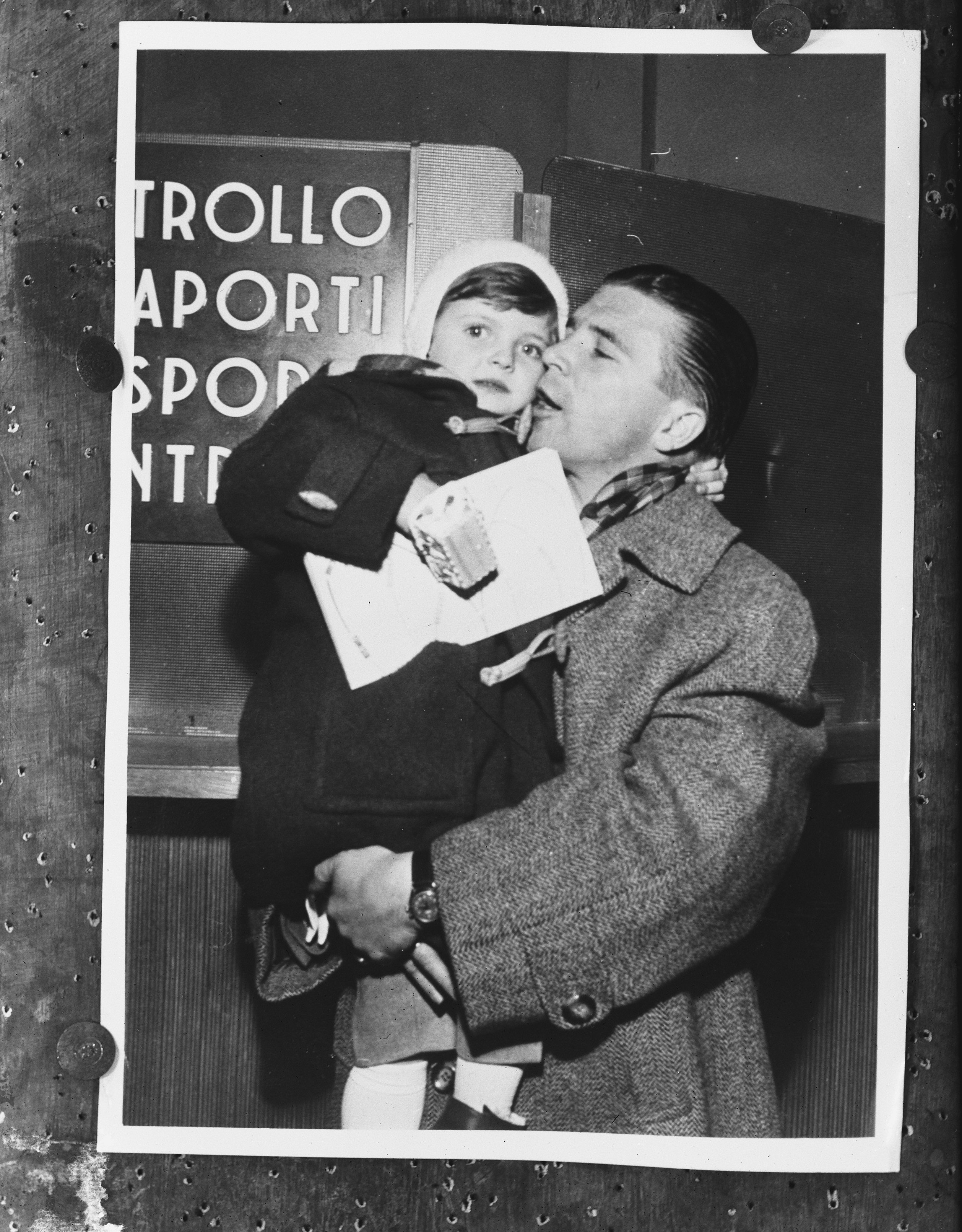Puskás Ferenc végre magához ölelheti kislányát egy olasz repülőtéren, '56 december 10. Fotó: Joop van Bilsen/ Anefo