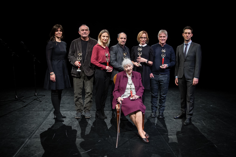 Juhász Anna moderátor, a tavalyi díjazottak és Mészáros Márton alapító