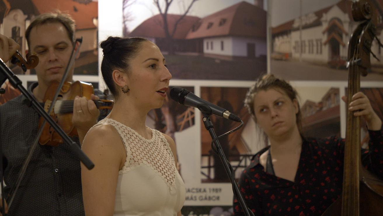 Az Erdőfű Népi Kamarazenekar – szólót énekel Balogh Melinda