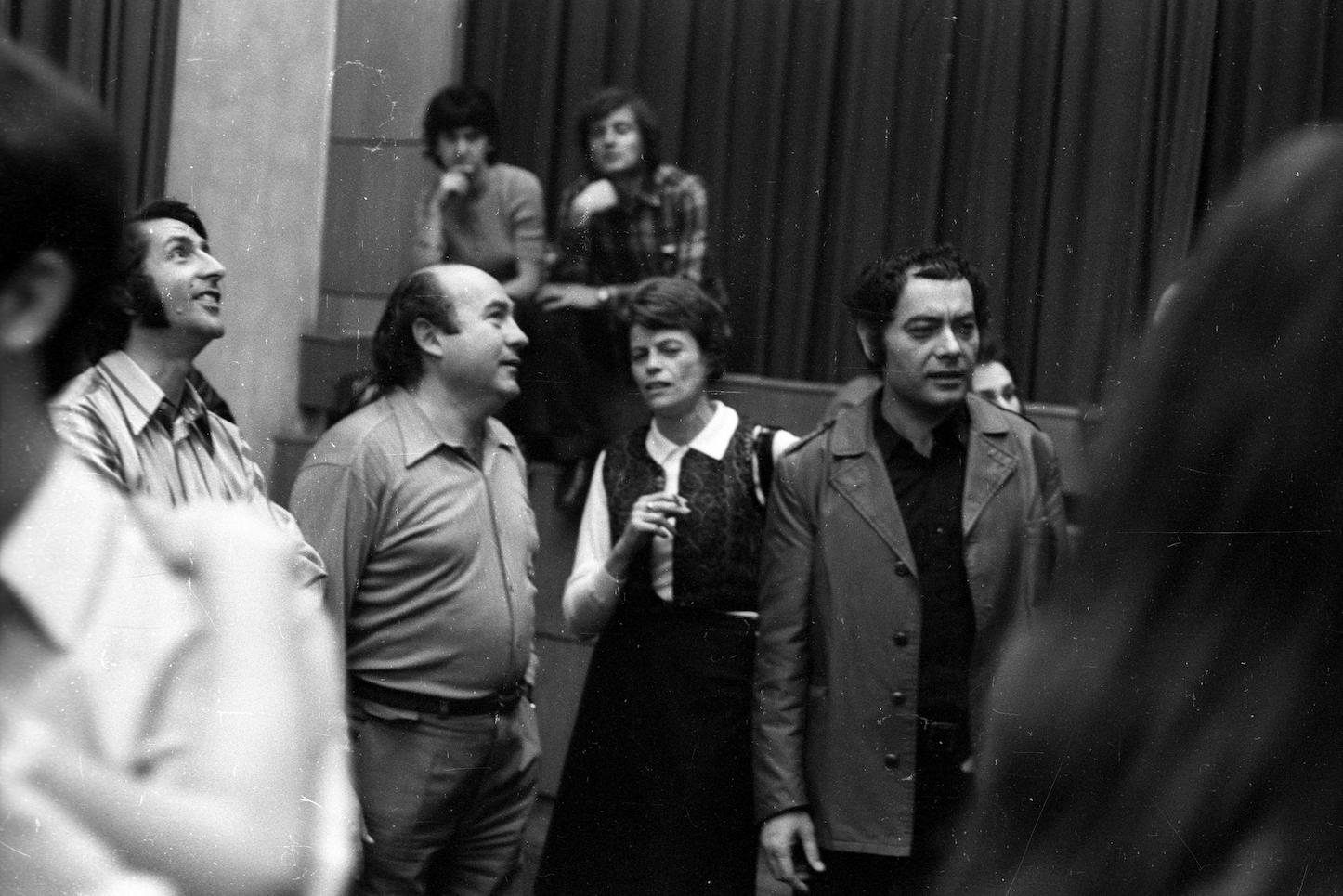 A Liszt Ferenc téri Könyvklub, az első budapesti táncház 1972. május 6-án. Balról Korniss Péter fotográfus, Novák Ferenc koreográfus, Borbély Jolán etnográfus, Csoóri Sándor költő. Forrás: Fortepan