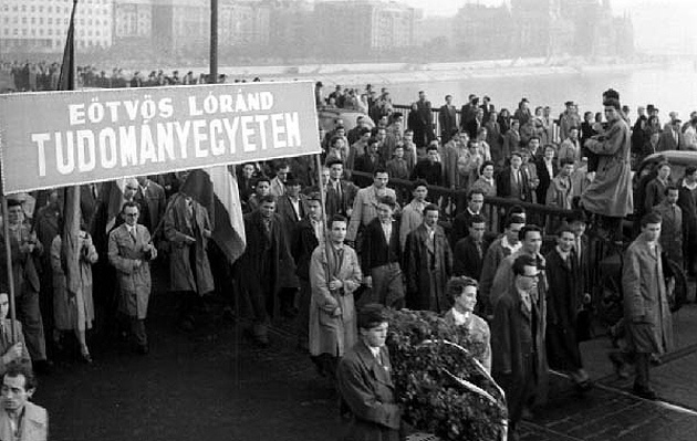 ELTÉ-s tüntetők a Margit hídon, 1956.
