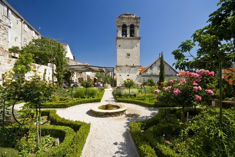 A Szent Lőrinc kolostor középkori mediterrán kertje Šibenikben