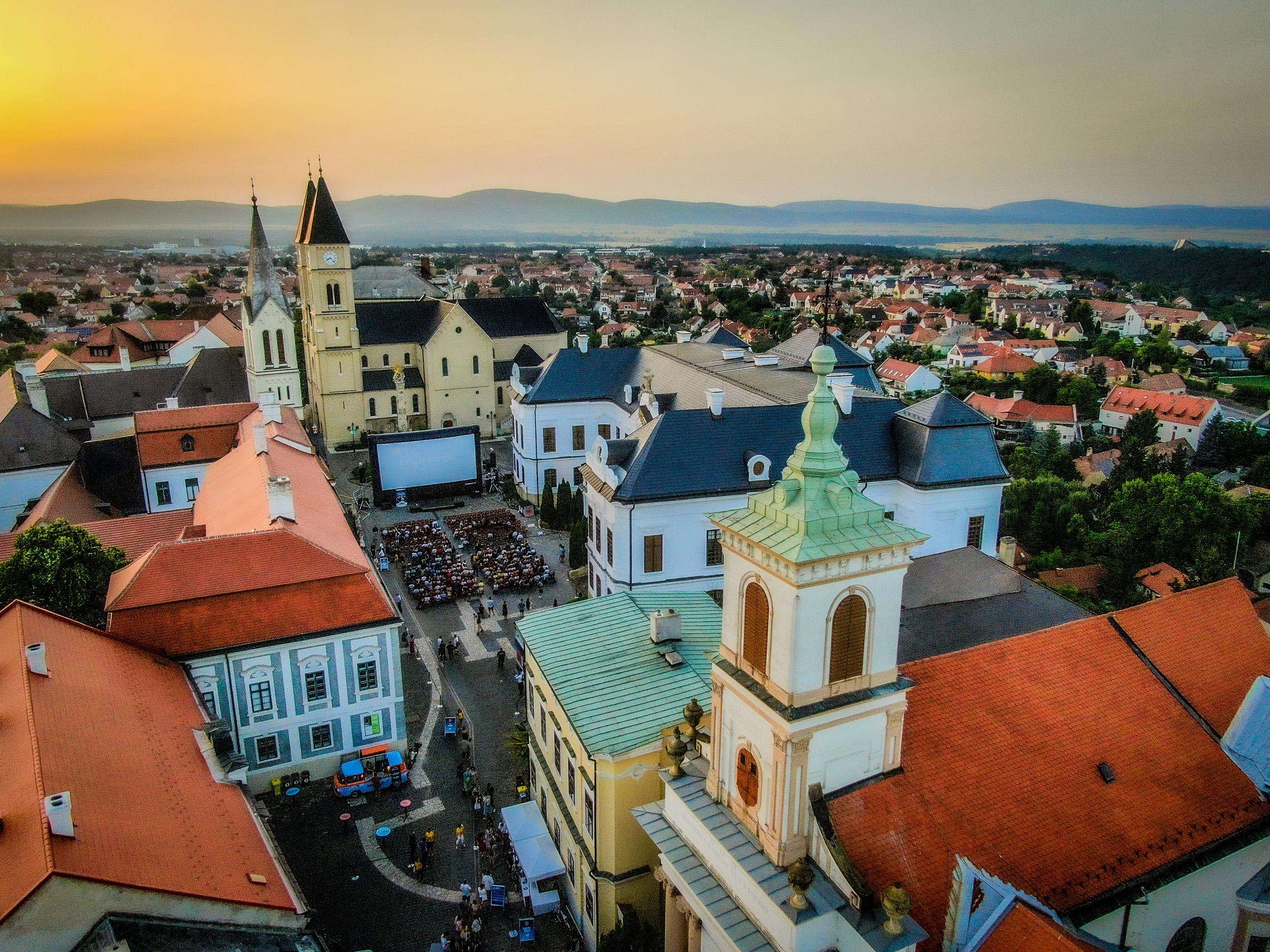 Szabadtéri vetítés a Magyar Mozgókép Fesztiválon Veszprémben (Fotó: EKF)