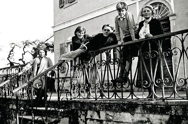 Margo, Nancy, Larry, Gerry és a Mama korfui villájuk előtt