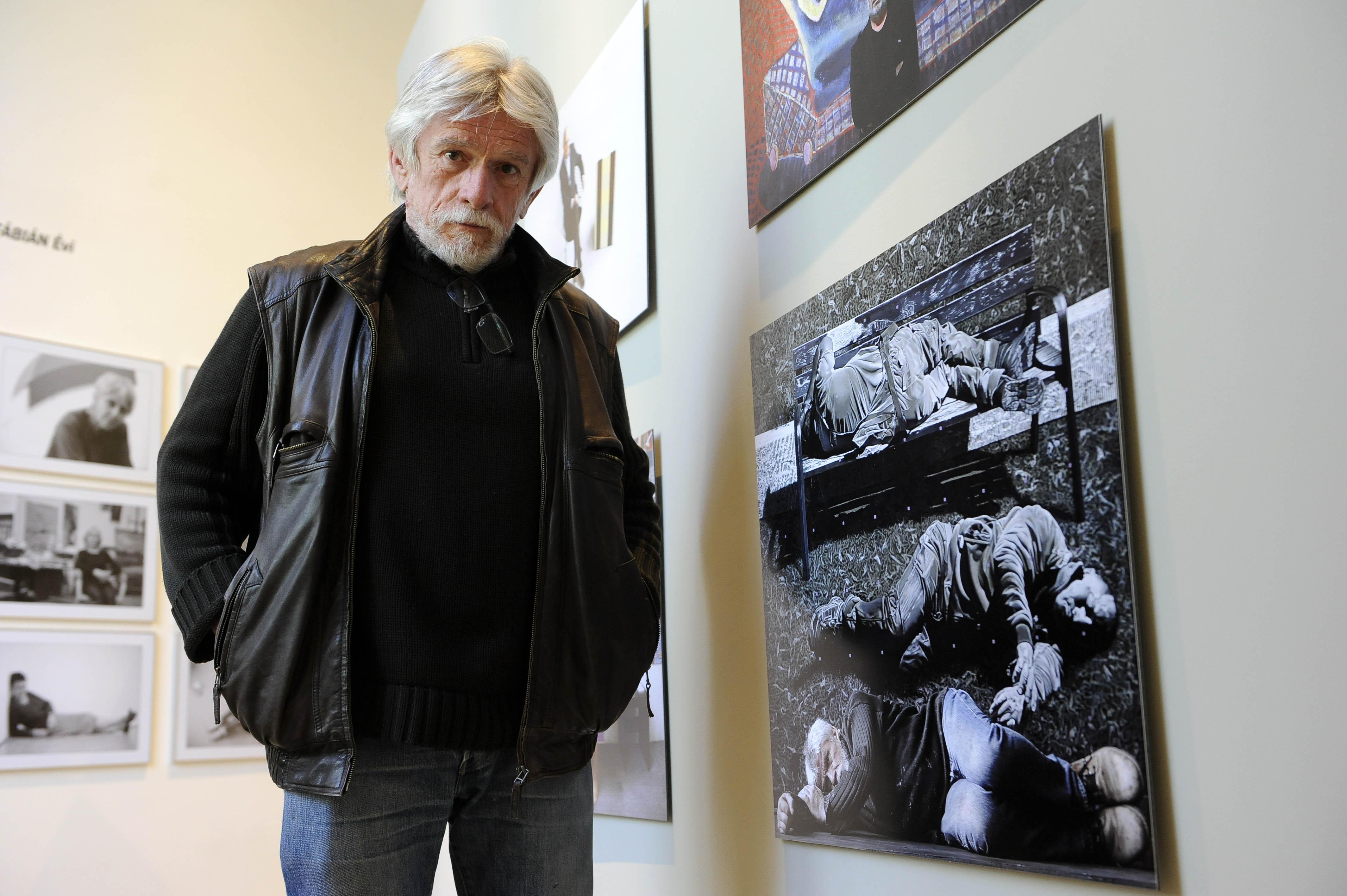 Jovián György képzőművész Czimbal Gyula fotója előtt a Műcsarnok Kik vagyunk? c. kiállításán.