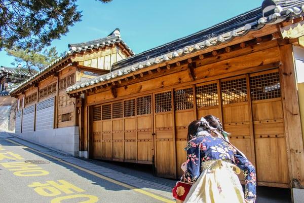 A hagyományos hanbokot már csak ünnepnapokon veszik fel a nők
