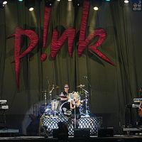 Pink erőlködik, a Madness pörög, Ganxsta népnevel, az eső meg zuhog